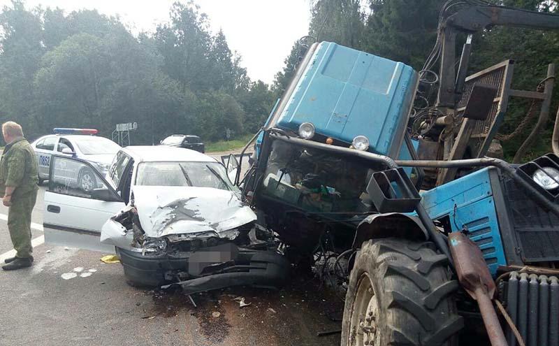 В результате ДТП трактор развалился на части после