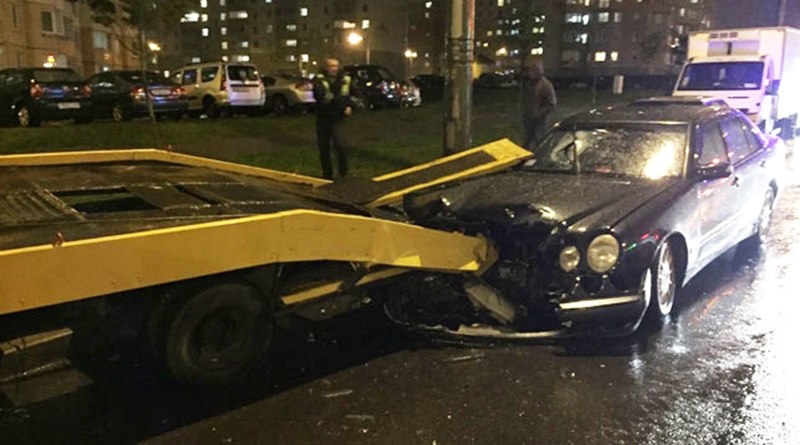 В Минске «Мерседес» врезался в эвакуатор. Пассажир застрял в лобовом стекле