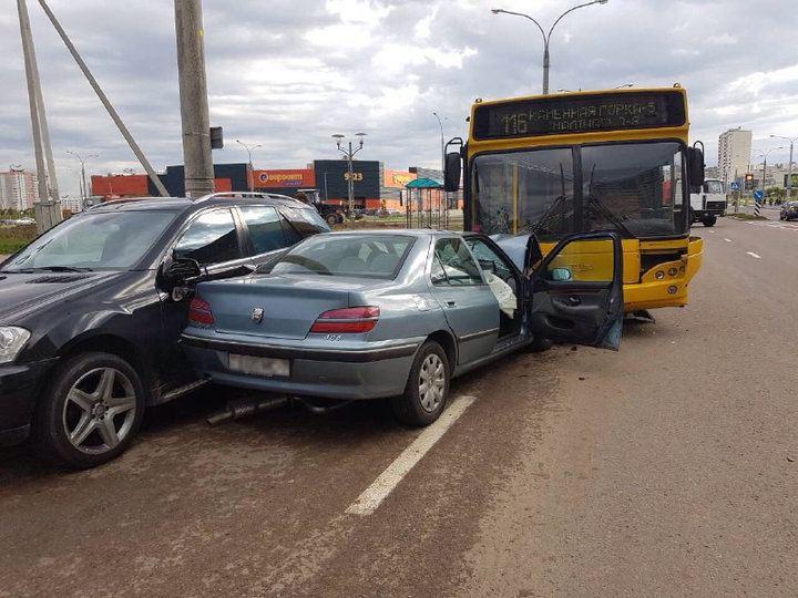 В Минске «Пежо» въехал в лоб автобуса