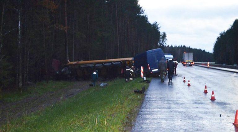 В Ивьевском районе столкнулись фура и микроавтобус. Один человек погиб.