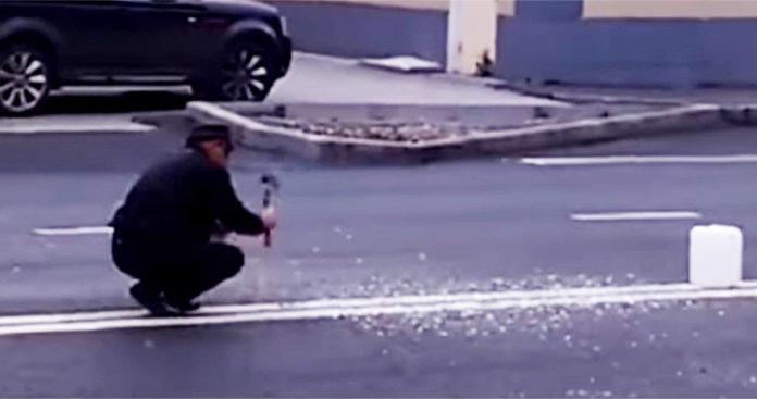 Мужчина пытался убрать двойную сплошную полосу топором