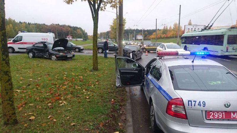 В Минске 2 автомобиля вынесло с автодороги. «БМВ» врезался в столб
