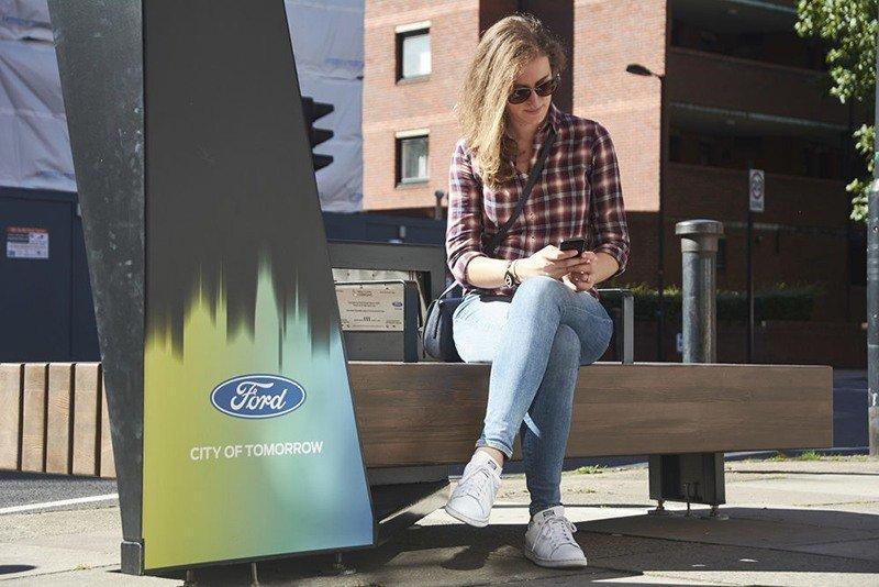 FORD разработал функциональную скамейку для пешеходов