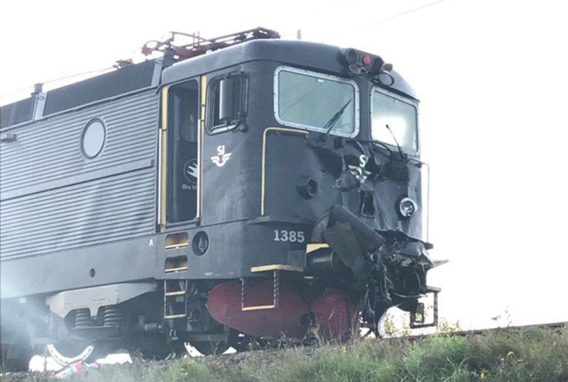 БТР попал под поезд и остался цел