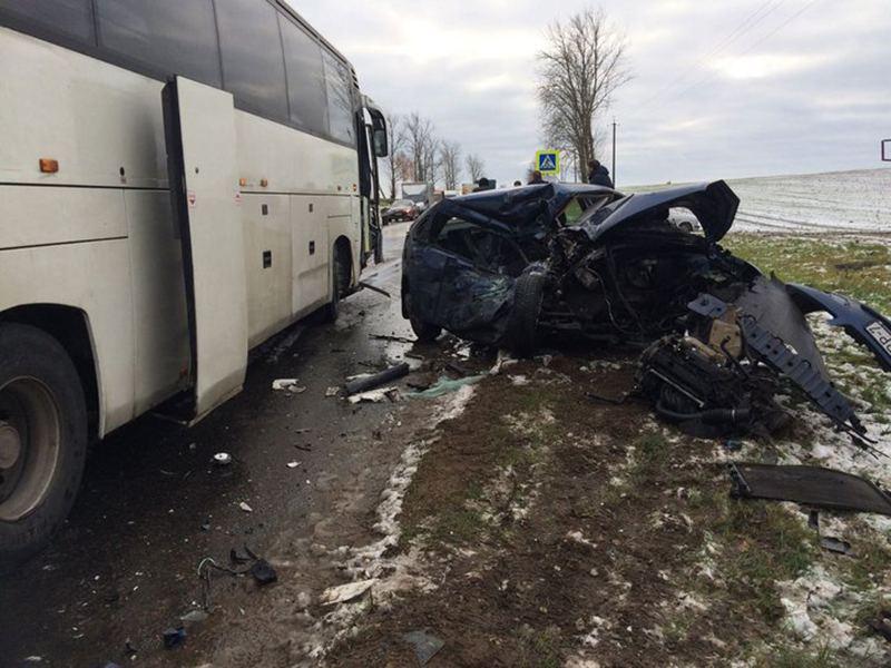 Под Минском легковушка врезалась в автобус. Погибла женщина-водитель