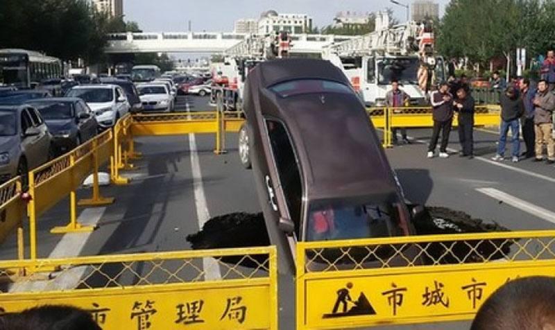 В Китае ROLLS-ROYCE провалился под землю