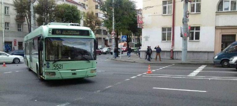 В Минске пьяного пешехода сбил троллейбус, а в Пинске пьяная водитель врезалась в столб