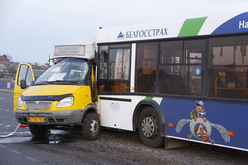 В Рогачеве столкнулись маршрутка и автобус