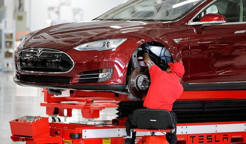 Tesla не справляется с объемами производства