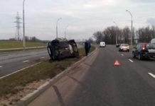 В Минске из-за лопнувшего колеса опрокинулся Ford
