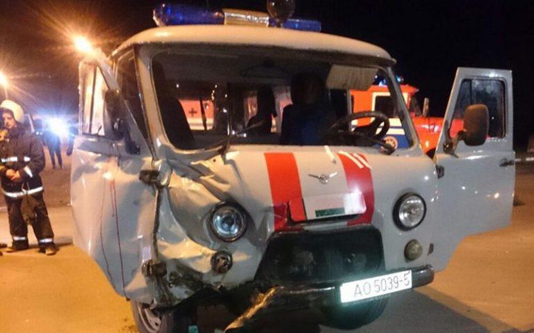 В Марьиной Горке столкнулись автомобиль «Скорой помощи» и микроавтобус