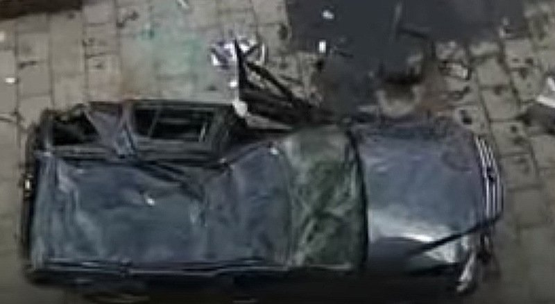 В Минске с 5-го этажа паркинга упал Мерседес