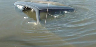 В Гомельской области VW опрокинулcя в мелиоративный канал
