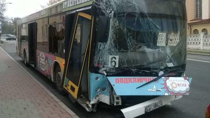 В Гродно пассажирский автобус врезался в столб