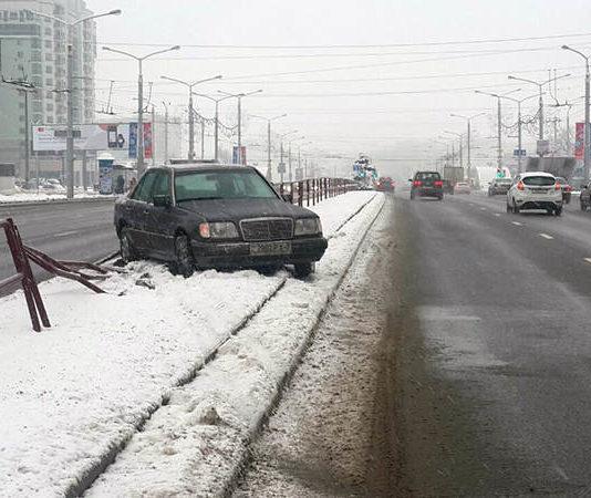 На проспектеДзержинскогоМерседесушел в неуправляемый занос
