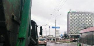 В Минске у грузовика оторвалось колесо и сбило на остановке женщину