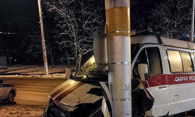 В Бобруйске машина скорой помощи въехала в столб