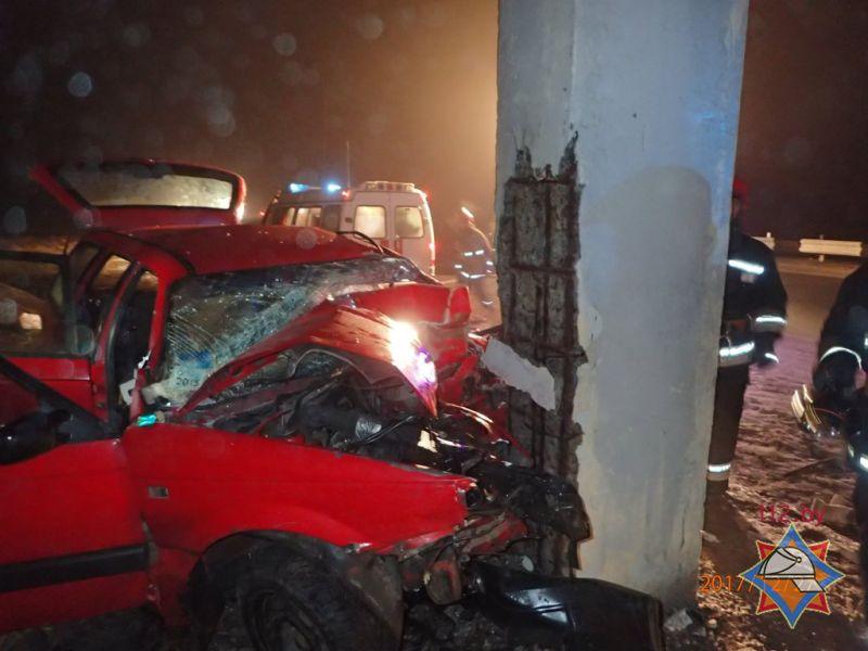 На трассе М-10 Volkswagen въехал в столб: водитель погиб