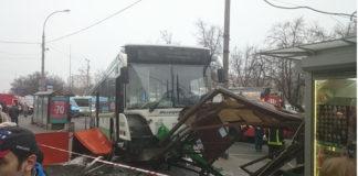 В Москве автобус снес остановку