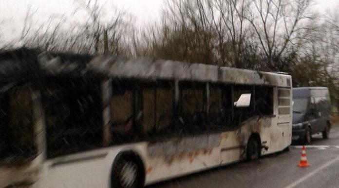 Автобус загорелся во время движения