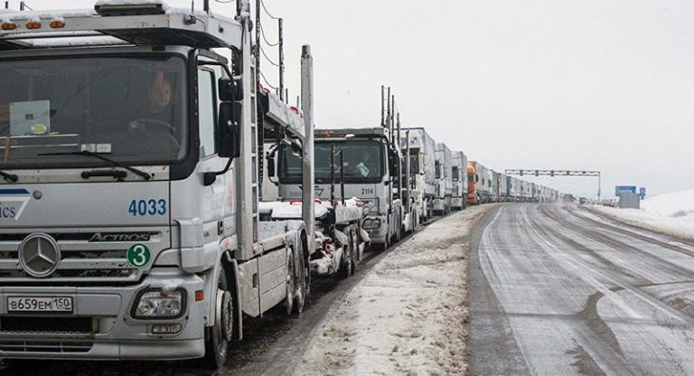 Минтранс предлагает исчислять плату за проезд крупногабаритных машин по дорогам в белорусских рублях.