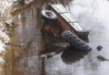 В Гродненской области обнаружено два трупа и затонувший в реке трактор