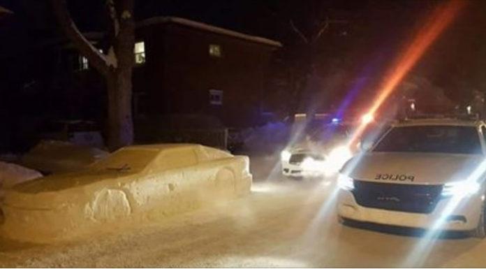 В Канаде разыграли полицейских, слепив автомобиль из снега