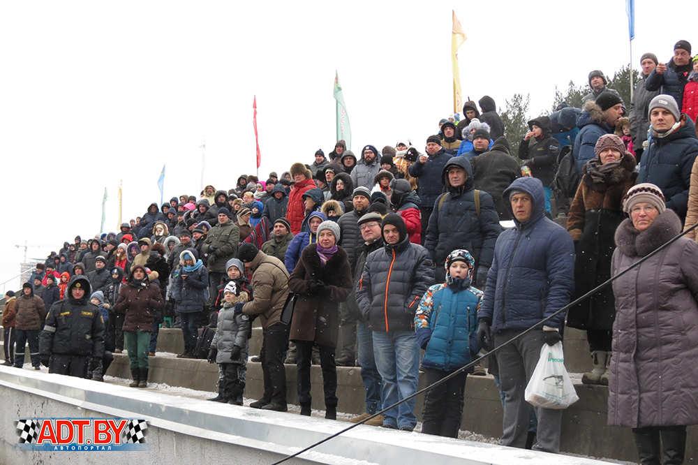 зрители на гонках по треку
