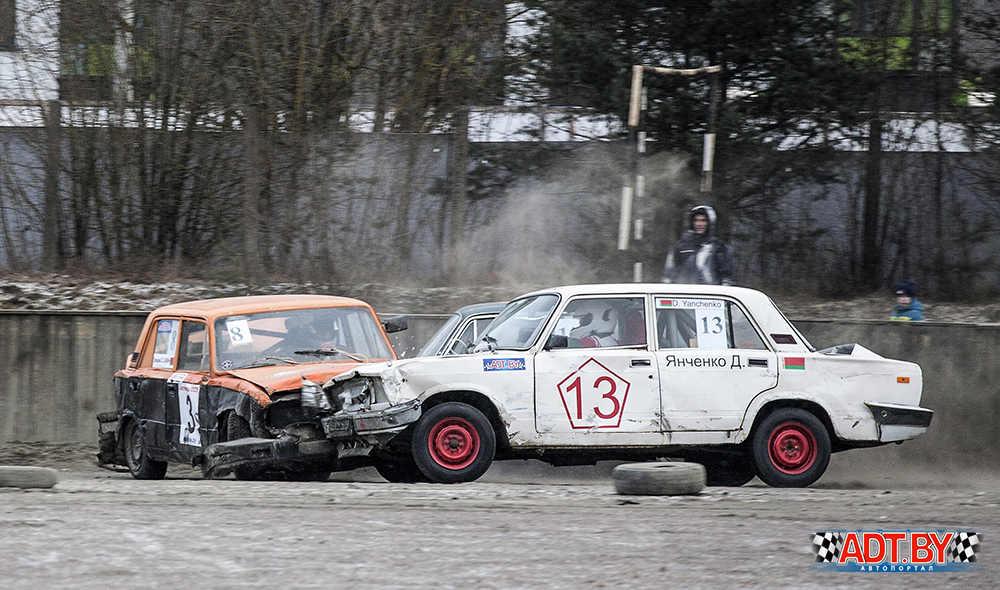 Дмитрий Янченко ( №13) ставит последнюю точку для автомобиля Сергея