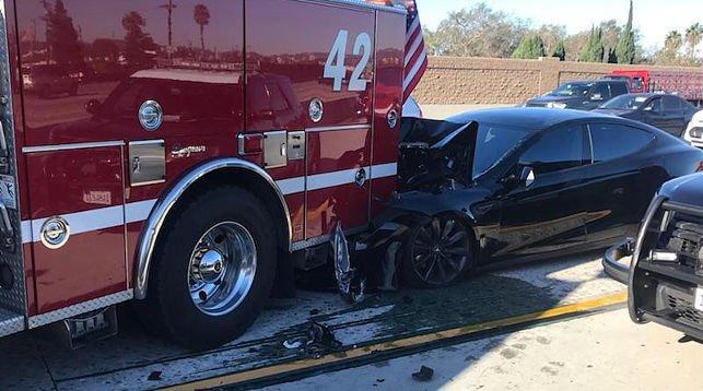 Tesla Model S на автопилоте попала в серьезное ДТП