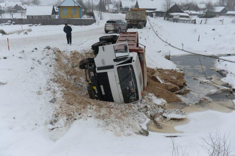 На возведении переправы в Житковичах перевернулся грузовик