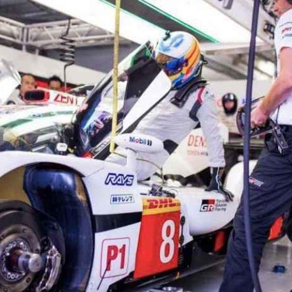 Фернандо Алонсо тестирует Toyota TS050