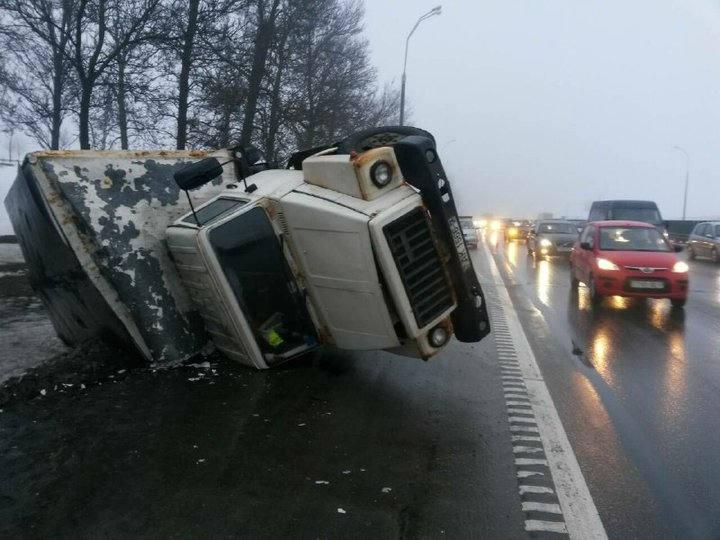 На МКАД перевернулся грузовик