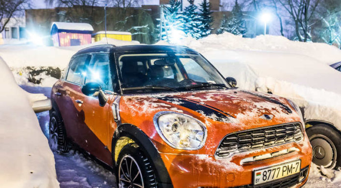 Ночью в Минске очищали MINI от снега