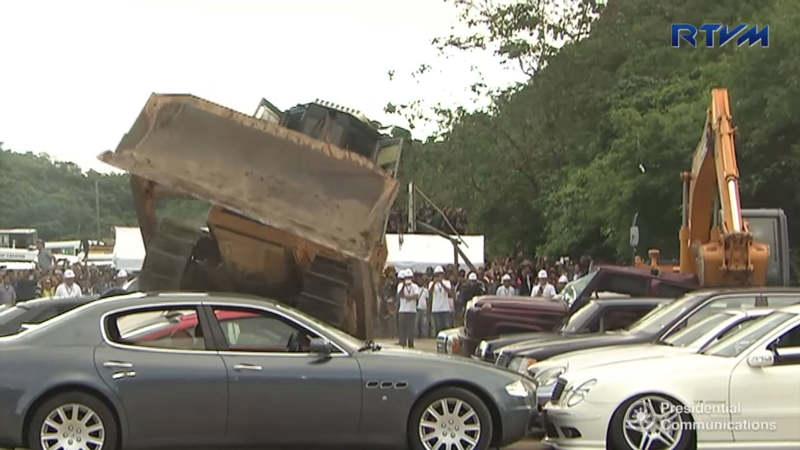 В Филиппинах бульдозеры давят машины