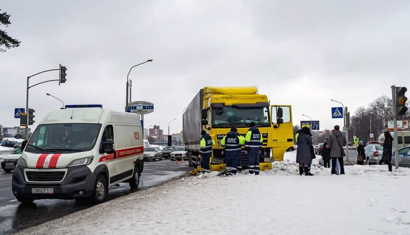 В районе пересечения МКАД и М-3 грузовик сбил двух пешеходов