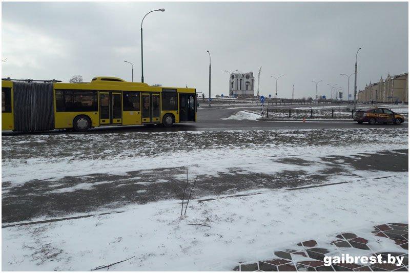 В Бресте столкнулись автомобиль такси и рейсовый автобус