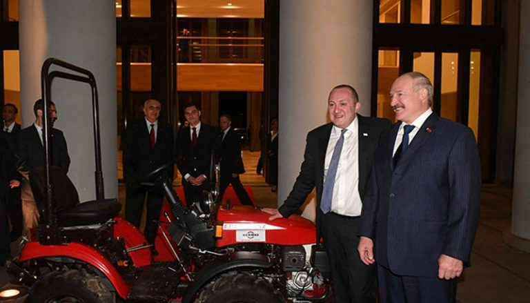 Лукашенко подарил Президенту Грузии трактор