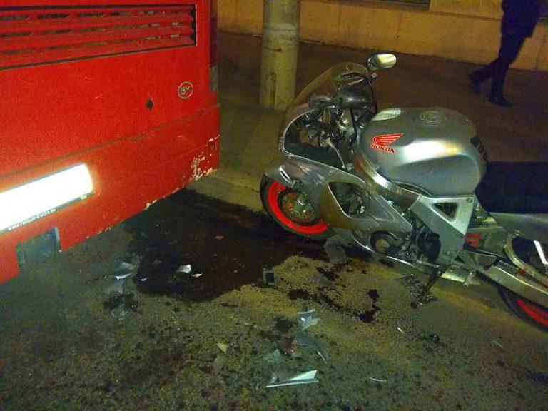 В Минске мотоциклист на Honda въехал в автобус