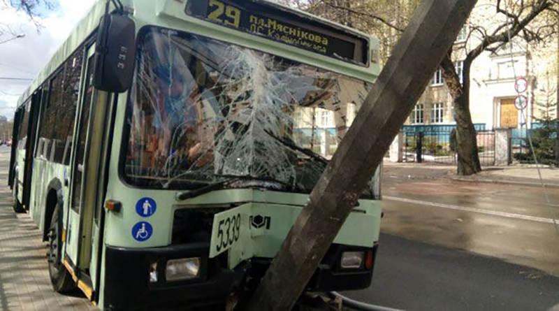 В Минске троллейбус врезался в столб