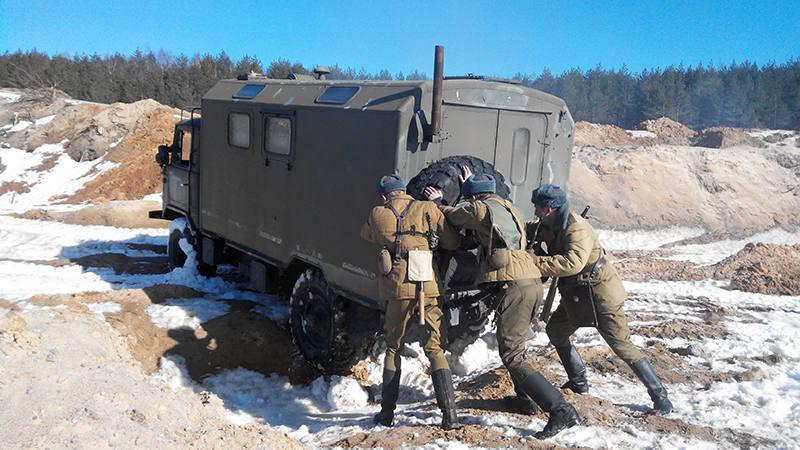 Советские солдаты вытаскивают застрявший ГАЗ-66