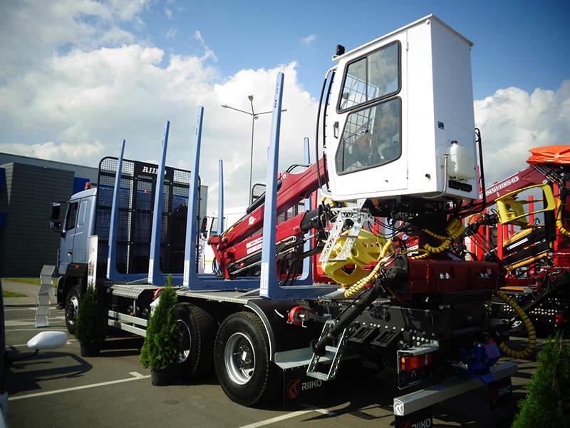 Автомобиль-сортиментовоз AGW44M с российским двигателем