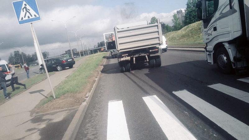 В Минске МАЗ вытолкнул Форд за пределы проезжей части