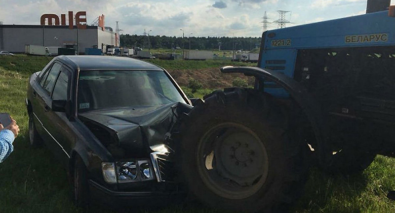 Mercedes влетел в трактор.