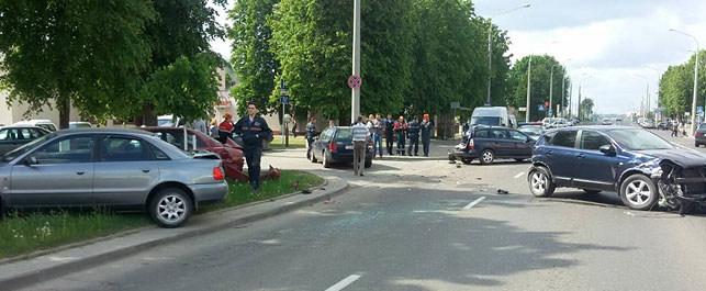 В Лиде автокран повредил 12 автомобилей
