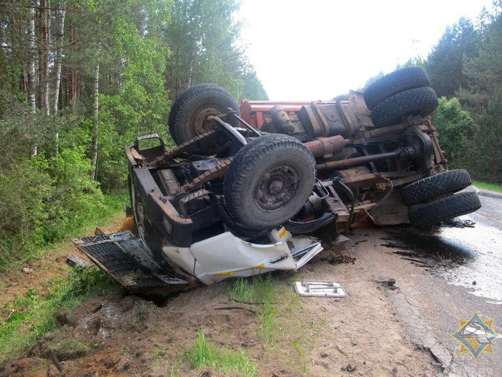 В Докшицком районе опрокинулся грузовик с битумом