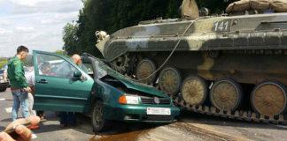 БМП раздавила легковой автомобиль