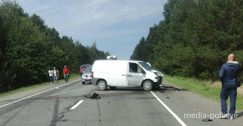 На М-10 столкнулись два автомобиля скупщиков клубники