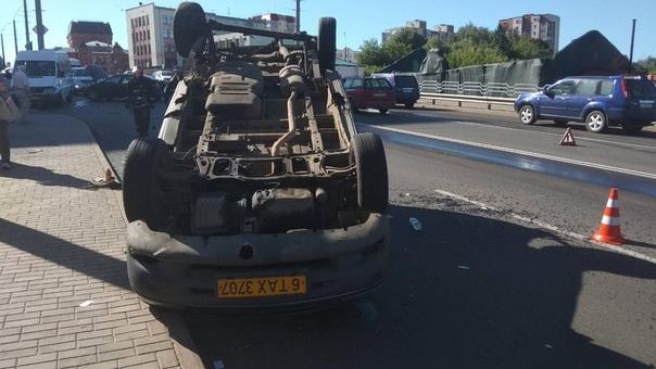 В Могилеве в результате ДТП перевернулся автомобиль такси