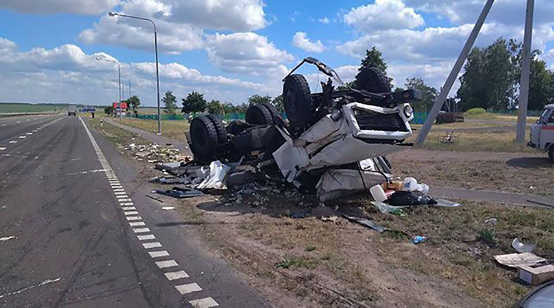 На трассе Минск - Гомель столкнулись два грузовика